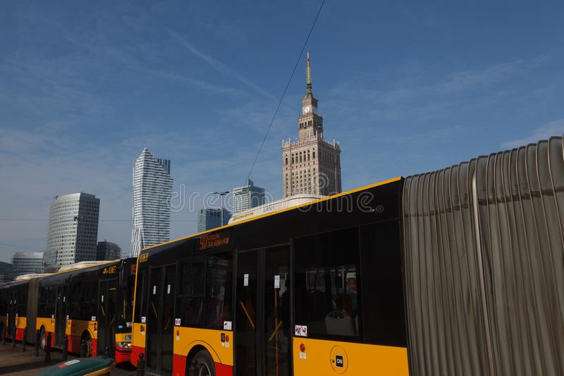 WARSCHAU, POLEN - März 2018 Palast der Kultur und der Wissenschaft und Bus auf dem Vordergrund - öffentlicher Transport lizenzfreie stockfotos