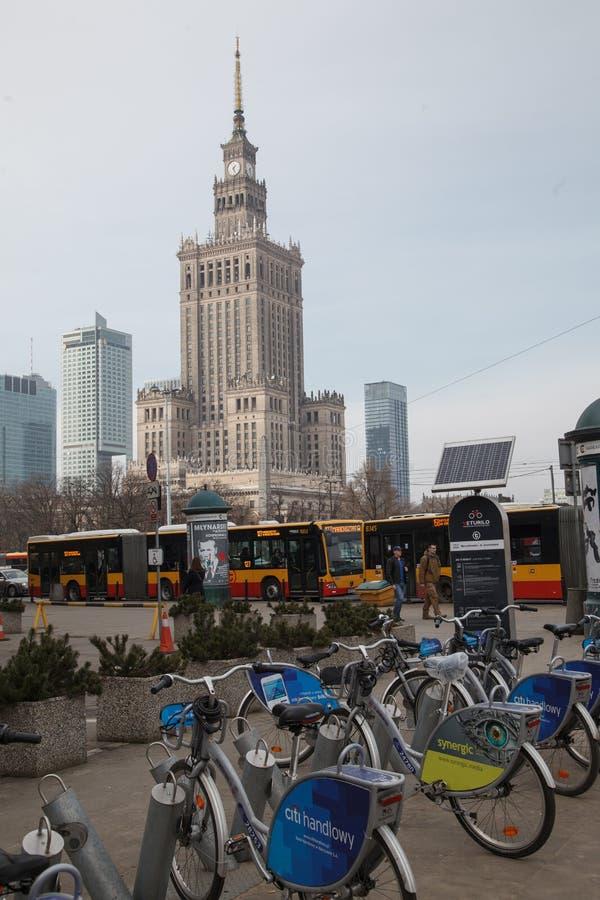WARSCHAU, POLEN - März 2018 Palast der Kultur und der Wissenschaft mit Fahrrädern und Bus auf dem Vordergrund - öffentlicher Tran lizenzfreie stockbilder