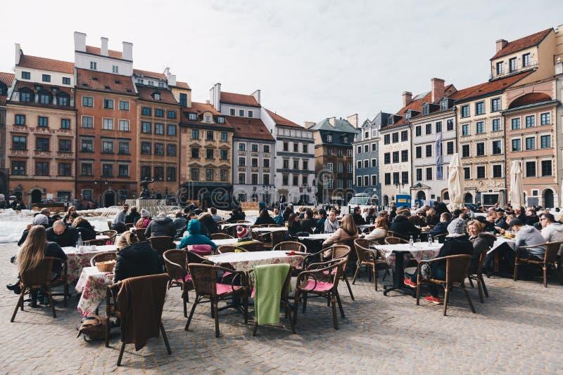 WARSCHAU, POLEN - März 2018 - Touristen, die Pause vor dem königlichen Schloss auf der alten Stadt in Warschau, Polen machen stockbild
