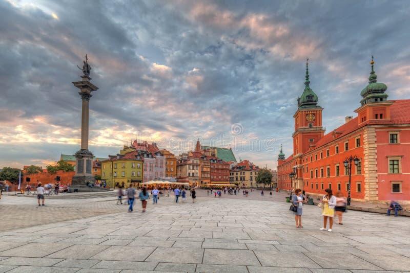 Warschau, Polen - 5. September 2018: Leute auf dem königlichen Schlossquadrat in Warschau-Stadt bei Sonnenuntergang, Polen Warsch lizenzfreie stockbilder