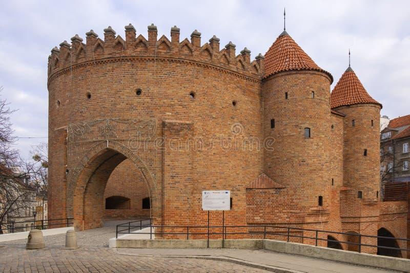 Warshau, Polen - de Barbacane - halfrond versterkt XVI eeuwbuitenpost met de defensiemuren en de vestingwerken van royalty-vrije stock foto's