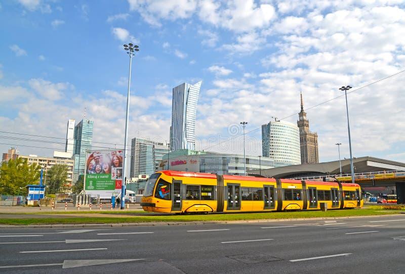 Warshau, Polen De tram gaat onderaan de straat de Wegen van Jeruzalem dichtbij Sredmestye stock foto's