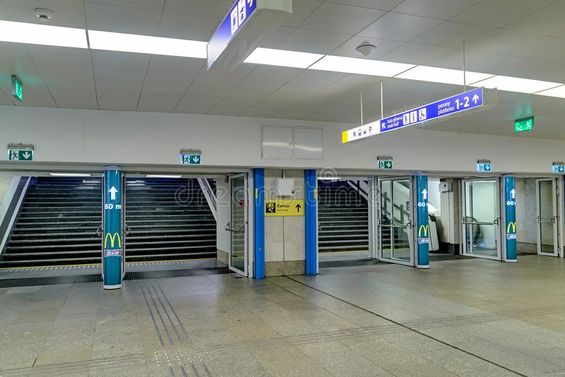 Warshau, Polen - December 08, 2016: Binnen het station in Warshau stock foto's