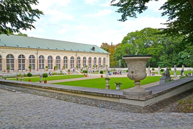 Warshau, Polen Een mening van een tuin en de bouw van de Oude serre in het Lazenki-park stock foto