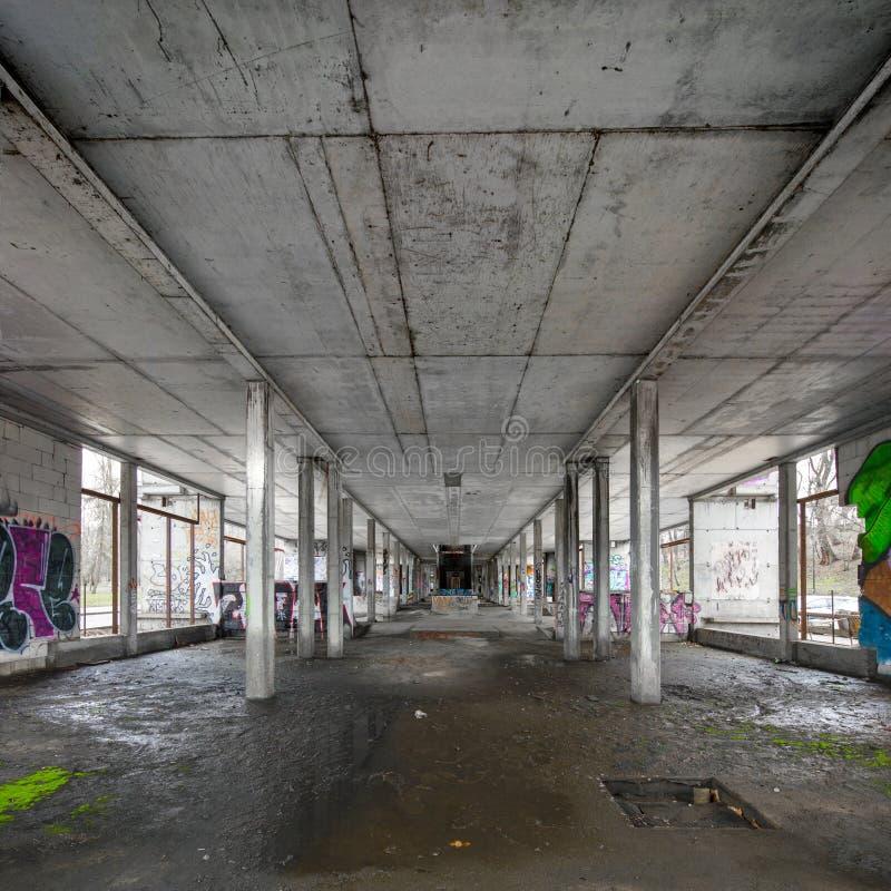 Warshau, Polen, Europa, December 2018, de verlaten bouw onderaan Poniatowski-Brug royalty-vrije stock foto's