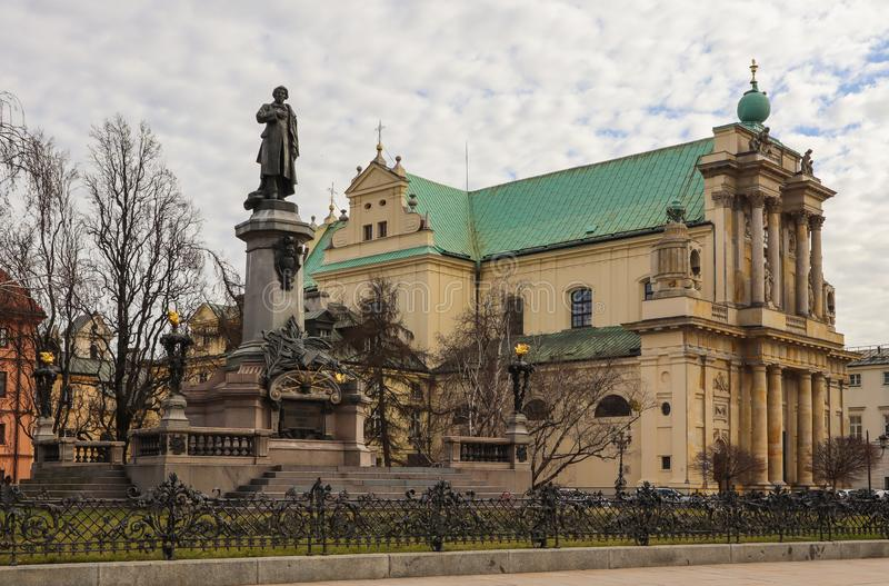 Warshau, Polen - Februari 27 2019: Adam Mickiewicz-monument en Kerk van Saint Joseph op het centrum van de stad royalty-vrije stock fotografie