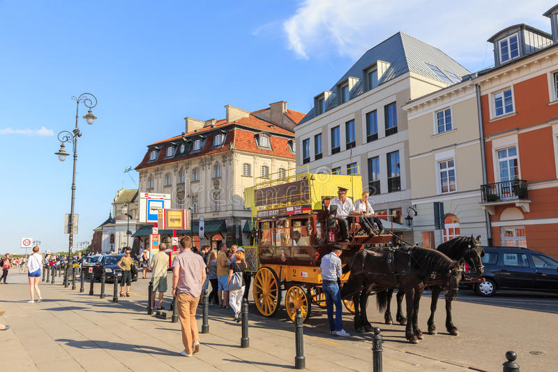 Warshau, Polen JULI 2017 Door vakantiepaard omnibuses vervoer toeristen royalty-vrije stock fotografie