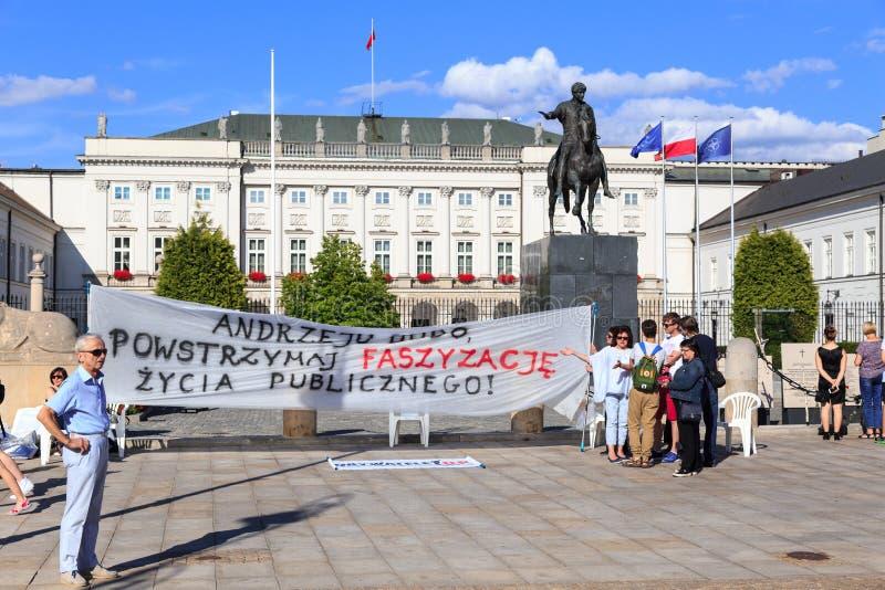Warshau, Polen 8 JULI, 2017 Groep demonstratiesystemen voor PresidentiWARSAW, POLEN 8 JULI, 2017 Groep demonstratiesystemen binne royalty-vrije stock foto