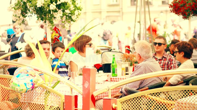 WARSHAU, POLEN - JUNI 10, 2017 De zomerterras van een familierestaurant in oude stad royalty-vrije stock afbeeldingen