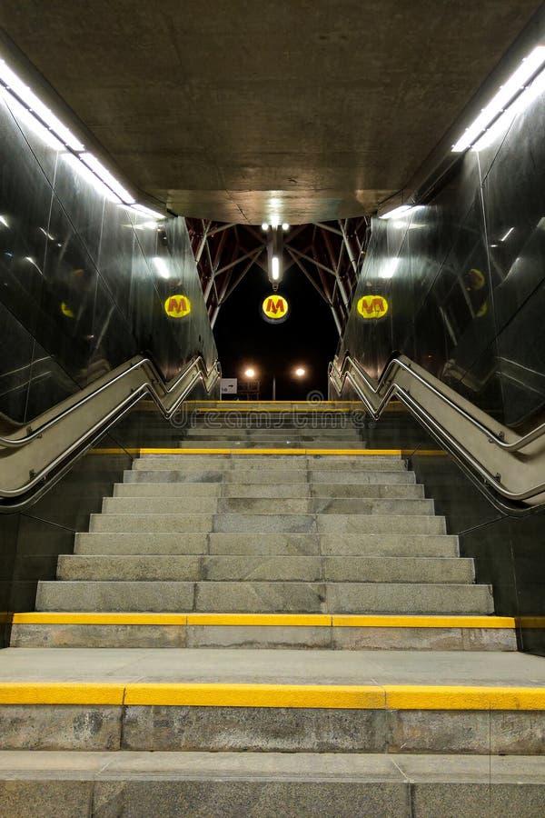 Warshau, Polen, 7 Maart, 2019: Ondergrondse passage in metro van Warshau royalty-vrije stock afbeelding