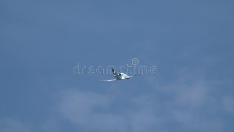 WARSHAU, POLEN - MEI, 18, 2017 Cessna525a privé jet die omhoog in de hemel beklimmen stock afbeelding