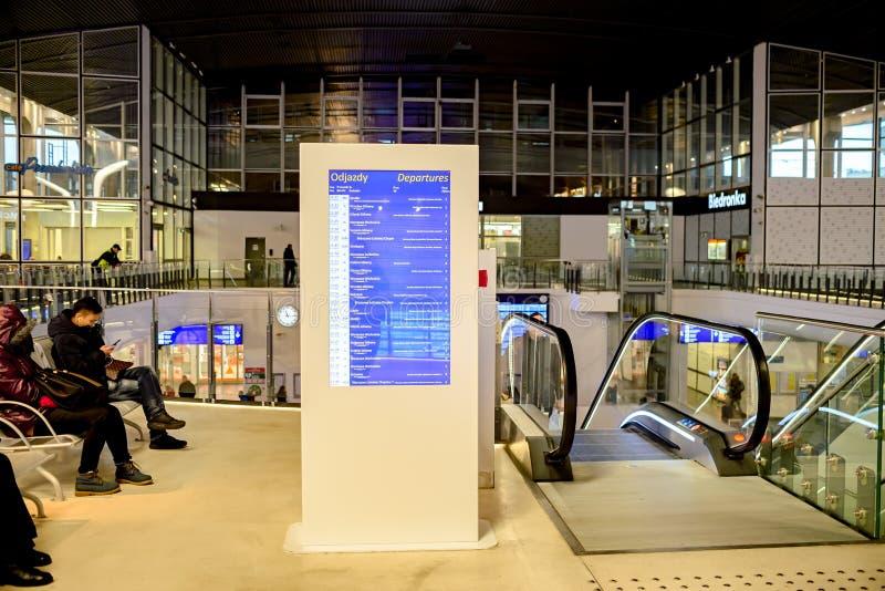 Warshau, Polen - November 29, 2016: Informatieterminal bij het station stock foto