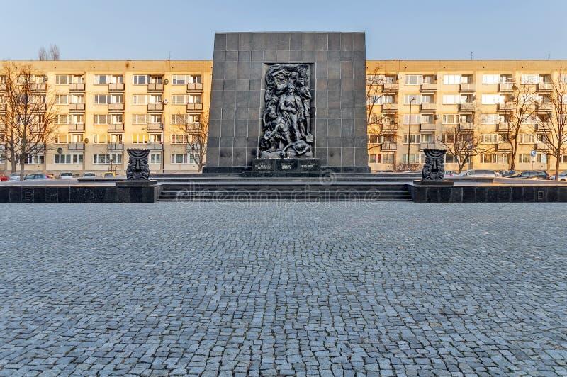 WARSHAU, POLEN - 10 SEPTEMBER, 2015 het Monument aan de Gettohelden herdenkt de strijd tegen de Nazien tijdens de opstand stock foto