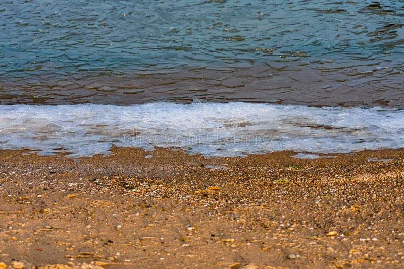 Warstwa lód i woda podczas zimy przy jezioro michigan plażą w Chicago obraz stock