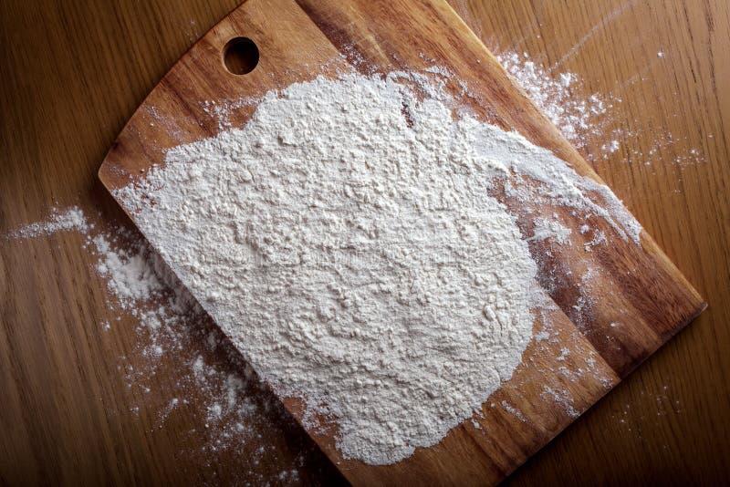Warstwa mąka na tnącej desce zdjęcie stock