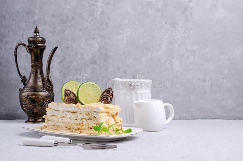 Warstwa tort Z Bia?? ?mietank? zdjęcie stock