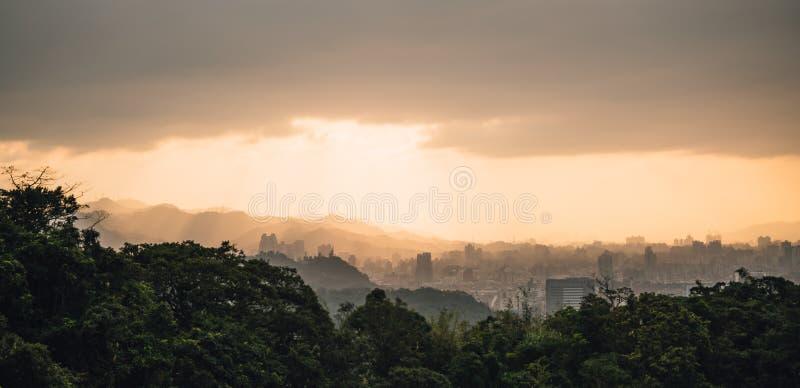 Warstwy panoramy Taipei g?ry z ?wiat?em s?onecznym i pejza? miejski gdy s?o?ce i?? puszek ten widok od Xiangshan s?onia g?ry obrazy royalty free