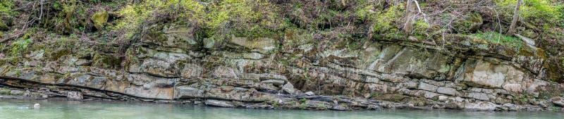 Warstwy skała na banku rzeka obrazy stock