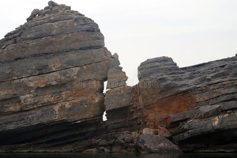 Warstwy skały wyłania się od wody Geological t?o fotografia royalty free