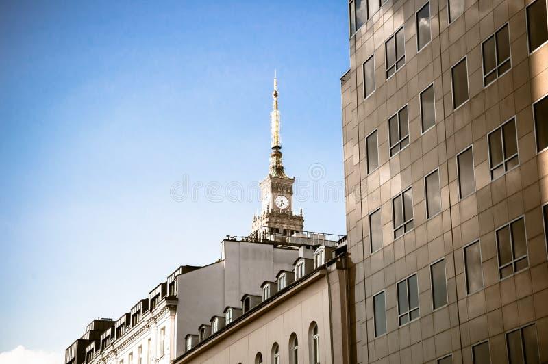 WARSZAWA - MAJ 19: Slott av kultur och vetenskap i Warszawacentrum på Maj 19, 2019 i Warszawa, Polen Sikt av maximumet av arkivfoto
