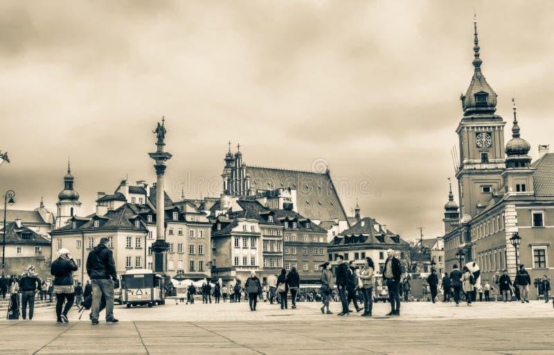 "Warszawa Polen †""Juli 14, 2017: Plac Zamkowy - slottfyrkanten i Warszawa i gammal stad med den kungliga slotten royaltyfri foto"