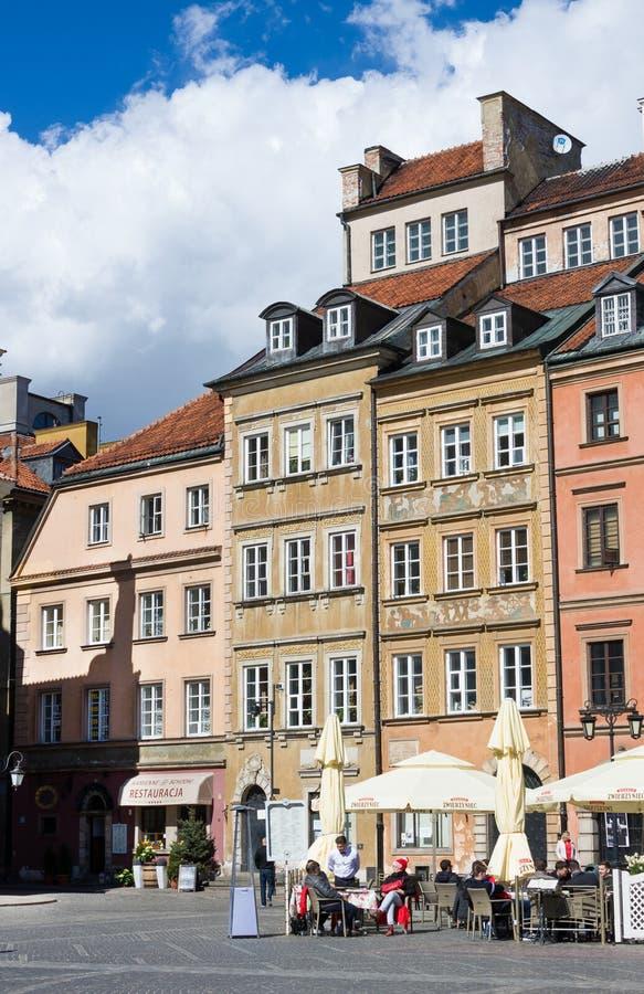 WARSZAWA POLEN - APRIL 21, 2016: Gatakafé på den gamla staden Market Place Rynek Starego Miasta för Warszawa` s på en solig dag,  arkivbilder