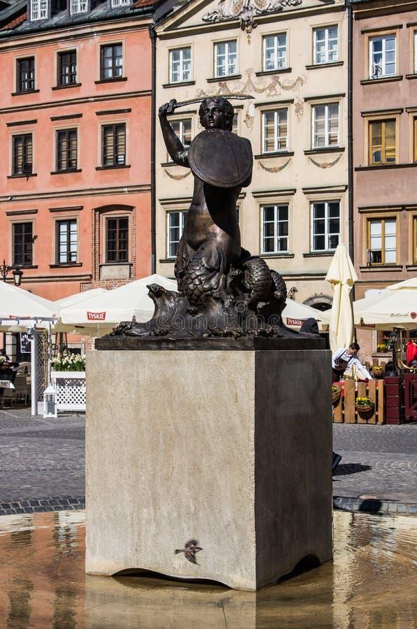 Warszawa Polen - April 23, 2017: Staty av sjöjungfrun Syrenka - symbol av Warszawa på den gamla stadmarknadsfyrkanten mot hyreshu arkivbilder
