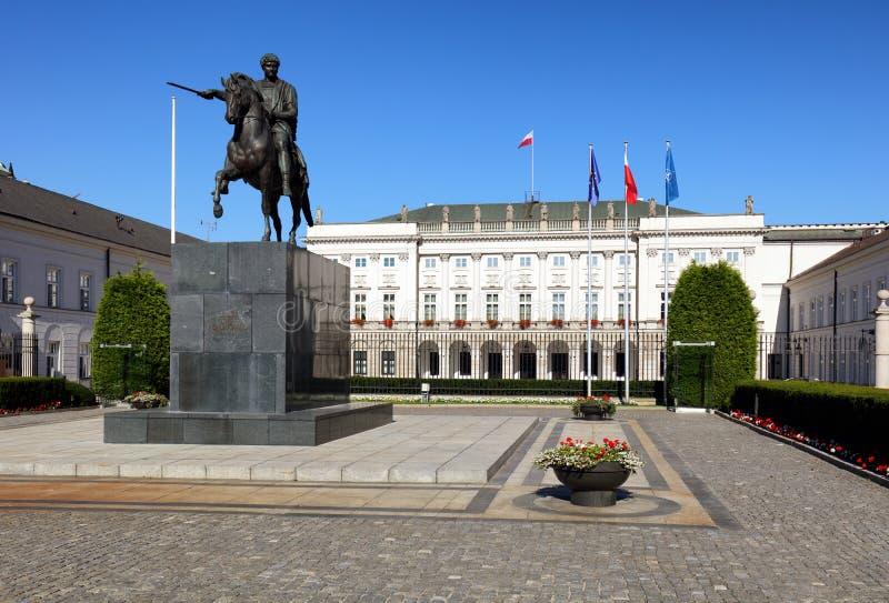 Warszawa Polen - Augusti 26, 2016: Sikt av fasaden av Presen arkivbilder