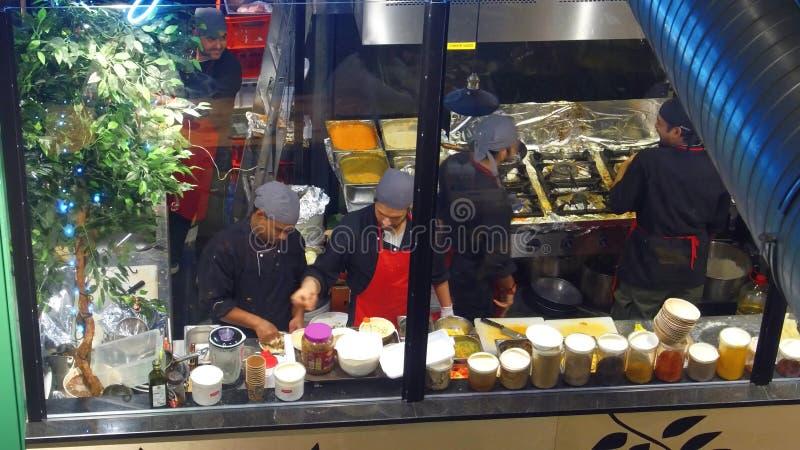 WARSZAWA POLEN - DECEMBER, 22, 2016 Professionellkockar på arbete i kök för restaurang` s sikt 4K från den ovannämnda videoen royaltyfri fotografi
