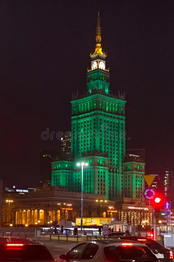 WARSZAWA POLEN - JANUARI 02, 2016: Nattsikt av slotten av kultur och vetenskap royaltyfri fotografi