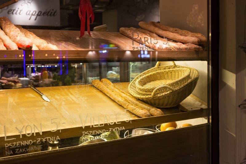 WARSZAWA POLEN - JANUARI 02, 2016: Sälja av franska bagetter i en liten restaurang i mitten av Warszawa arkivbilder