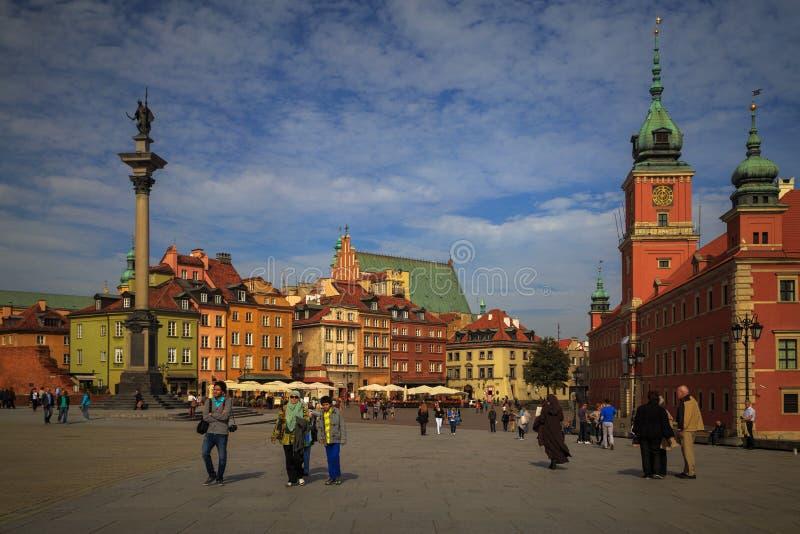 WARSZAWA POLEN, Juli 1, 2016: Folket går i slottfyrkant i Warszawa i gammal stad royaltyfri bild