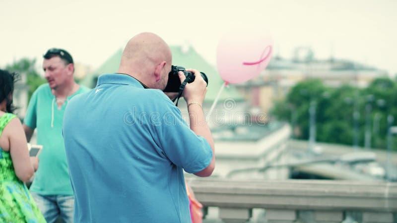 WARSZAWA POLEN - JUNI 10, 2017 Den flintskalliga mannen gör foto med hans Nikon DSLR kamera i ett turist- ställe fotografering för bildbyråer