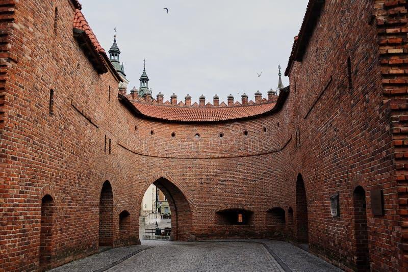 Warszawa Polen - Juni 30, 2017: Sikt av den Barbikan porten som placeras i den polska staden warsaw arkivbilder