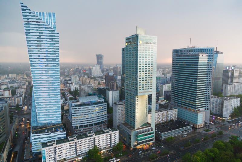 Warszawa Polen - Maj 07,2016 Den flyg- sikten med det interkontinentala hotellet, den finansiella mitten för Warszawa och Spektru arkivbilder