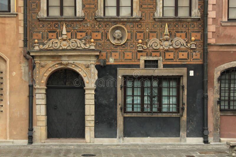 WARSZAWA POLEN - MAJ 12, 2012: Fragment av fasaden av en av de historiska byggnaderna i gammal del av Warszawahuvudstad av Polen arkivfoton