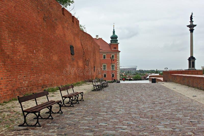 WARSZAWA POLEN - MAJ 12, 2012: Gamla tegelstenväggar nära den kungliga slotten i Warszawa fotografering för bildbyråer