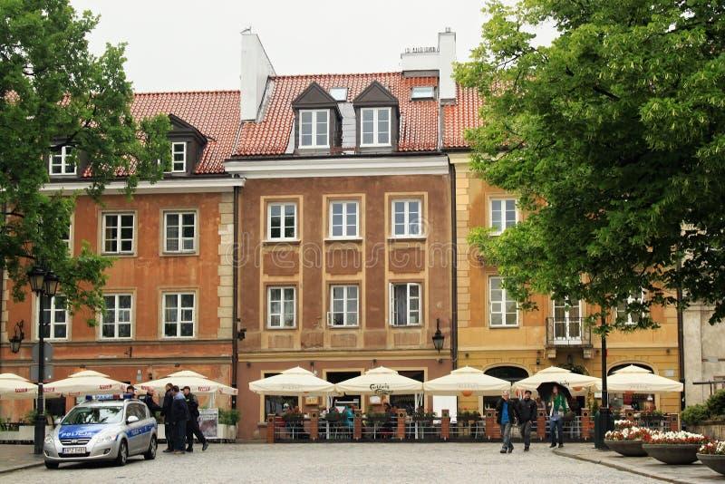 WARSZAWA POLEN - MAJ 12, 2012: Sikt av de historiska byggnaderna i gammal del av Warszawa fotografering för bildbyråer