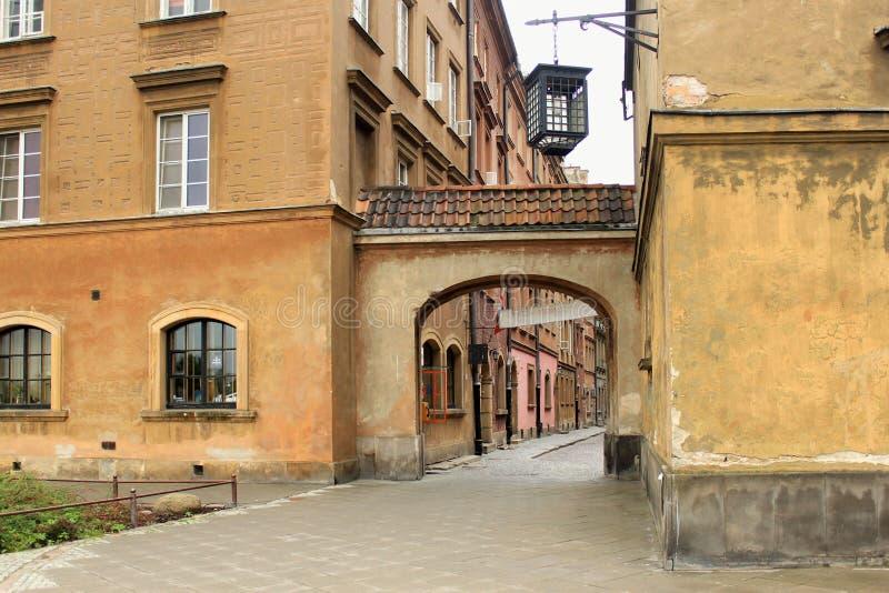 WARSZAWA POLEN - MAJ 12, 2012: Sikt av de historiska byggnaderna i gammal del av Warszawa royaltyfri foto