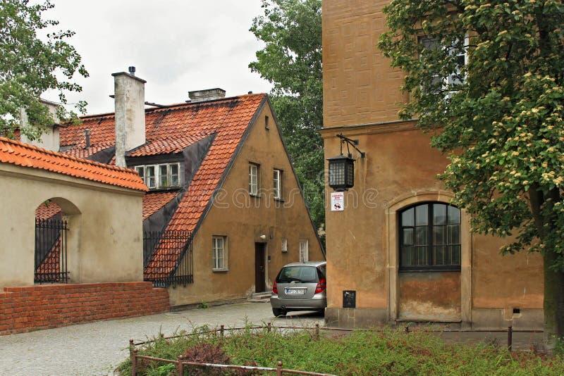 WARSZAWA POLEN - MAJ 12, 2012: Sikt av de historiska byggnaderna i gammal del av Warszawa royaltyfria bilder