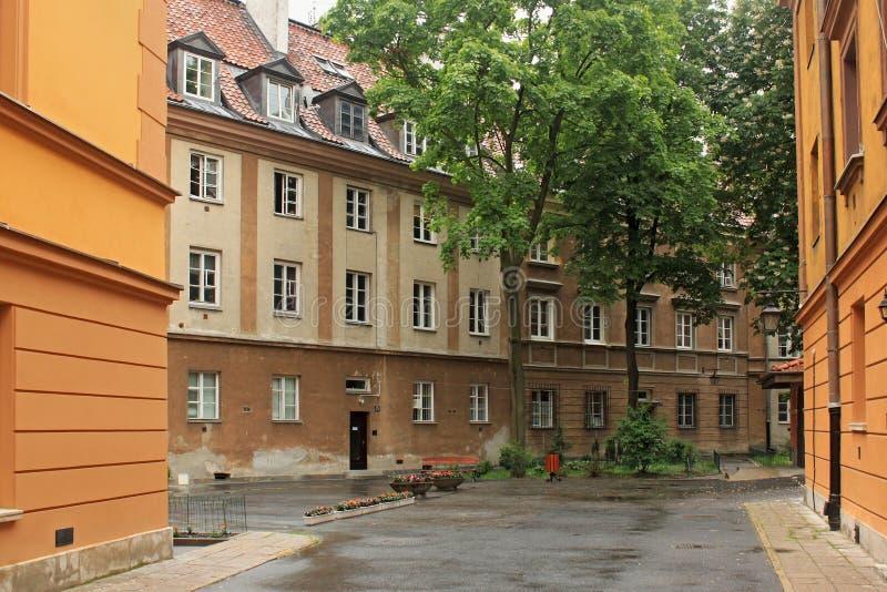 WARSZAWA POLEN - MAJ 12, 2012: Sikt av de historiska byggnaderna i gammal del av Warszawa royaltyfri fotografi