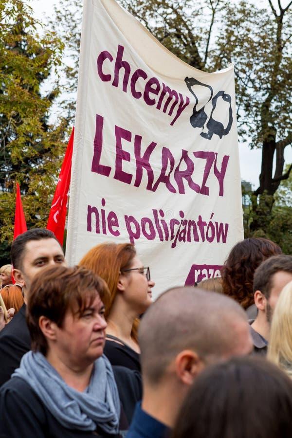 Warszawa Polen, 2016 10 01 - protestera mot anti--abort lag f arkivfoto