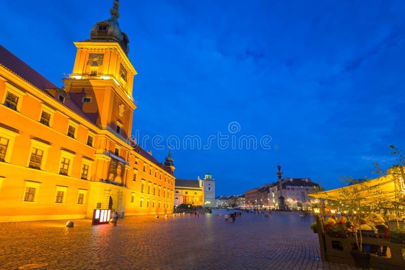 Warszawa Polen - September 5, 2018: Arkitektur av den kungliga slottfyrkanten i Warszawastaden p? natten, Polen Warszawa är huvud arkivfoto
