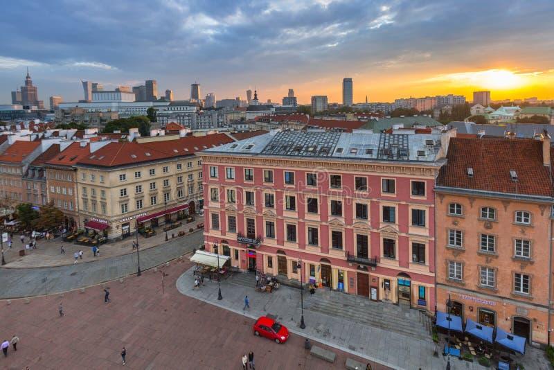 Warszawa Polen - September 5, 2018: Folk på den Krakowskie przedmiesciegatan i Warszawastad, Polen Detta är ett av de bästa bekan royaltyfria bilder