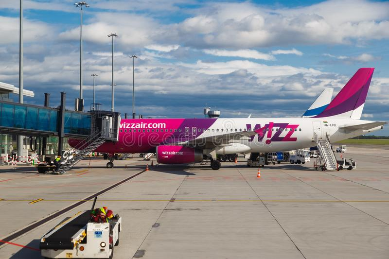 WARSZAWA POLEN - SEPTEMBER 9, 2017: low costflygbolagnivå Wizzair på start- och landningsbana på Chopin den internationella flygp royaltyfria foton