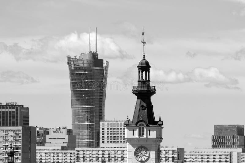 Warszawa, Polska †'Lipiec 21 2016: Stary Zegarowy wierza i drapacz chmur zdjęcia royalty free