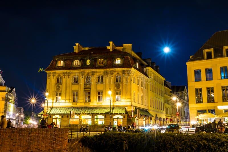Warszawa, Polska †'Sierpień 4, 2017: Stara ulica w Warszawa przy nocą w starym miasteczku w świetle lampionów fotografia stock