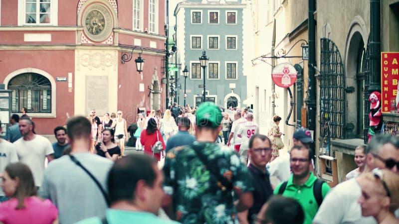 WARSZAWA POLSKA, CZERWIEC, - 10, 2017 Ludzie chodzą wzdłuż starej grodzkiej ulicy na lato słonecznym dniu obraz royalty free