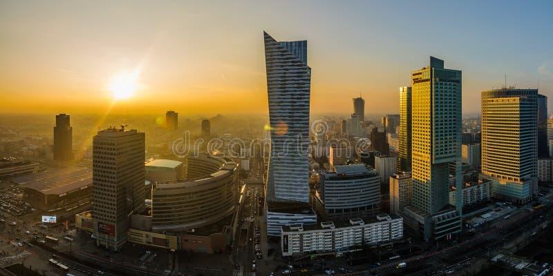 WARSZAWA, POLSKA - DEC 27, 2017: panoramiczny widok od above na nowożytnym wieczór mieście miasto nad zachodem słońca Nowożytni d fotografia royalty free