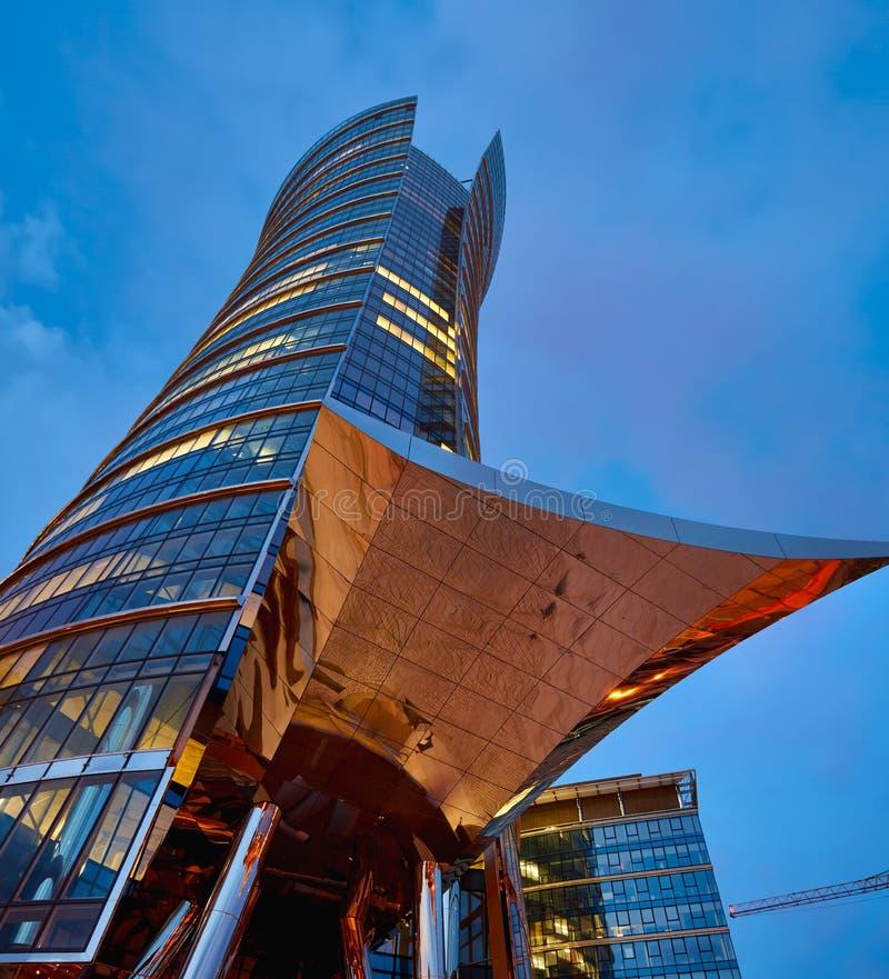 Warszawa Polska, Marzec, - 28, 2016: Budynek biurowy Warszawska iglica w budowie obraz royalty free